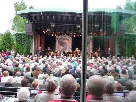 Harry Persson har just ackompanjerat sin fru Marianne under en artist- och publikrik hyllning till Sten-Åke Cederhök som skulle fyllt 100 i år. Taubescenen på Liseberg tisdag 25 juni 2013 kl 19:39.