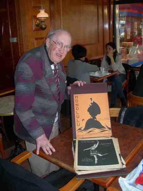 Harry Persson med noter från Ernst Rolfs Musikförlag: Honolulu från 1917 med illustration av Einar Nerman (1888-1983), och Inga Agni Valse från 1920. Café Festival måndag 22 april 2013 kl 16.02.