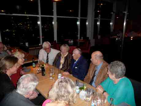 På Heaven 23 uppe i Gothia West Tower firar cafépianisten Harry Persson med nära vänner sin 90-årsdag som inföll 3 oktober. Tisdag 22 oktober 2013 kl 19:03.