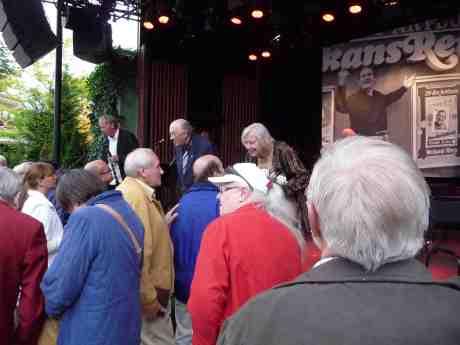 Tomas von Brömssen, Harry Persson och Marianne Persson efter Cedehökföreställningen.Taubescenen på Liseberg tisdag 25 juni 2013 kl 20:15.