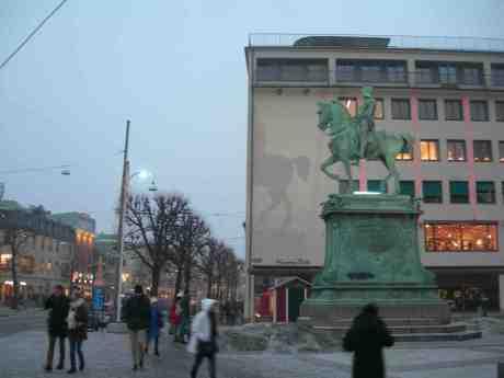 Akterspegel, akterspegel på väggen där, säg mig vem som Göteborgs verklige grundare är. Carl IX på Kungsportsplatsen söndag 23 december 2012 kl 15.13.