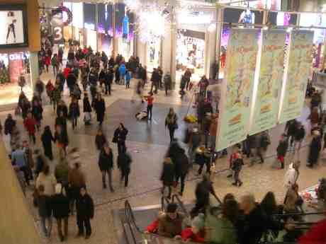 Violinflicka i rött fyller  Nordstan med välljud. Torsdag 20 december 2012 kl 15.43.