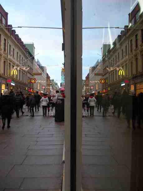 Glada gatumusikanter glädjer gående  på Kungsgatan. Söndag 30 december 2012 kl 15.17.