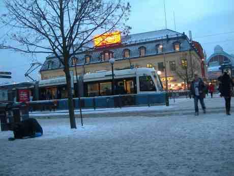 Gerd Hegnells spårvagn på linje 5 några timmar efter att hon fått Göteborgs Spårvägars  kulturpris 2012 och sin spårvagn avtäckt vid en ceremoni på Drottningtorget. Kungsportsplatsen tisdag 4 december 2012 kl 15.34.