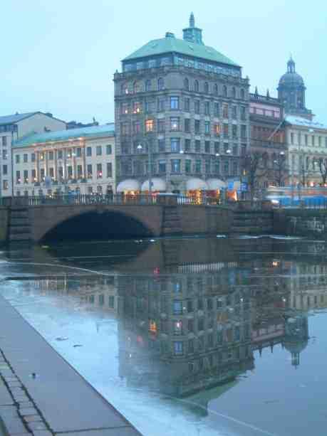 Skandiahuset speglat i isen. Lördag 29 december 2012 kl 15.24.