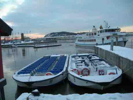 Skarven lämnar Paddorna 9 och 11 vid Lilla Bommen. Fredag 14 december 2012 kl 15.00.
