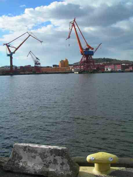 Ögonpållare på Skeppsbron med Götaverkens kranar i fonden. Tisdag 2 april 2013 kl 16.44.