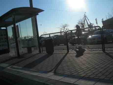 Cyklist passerar kallblåsiga Packhusplatsen västerut i vårsolen. Lördag 13 april 2013 kl 18.15.