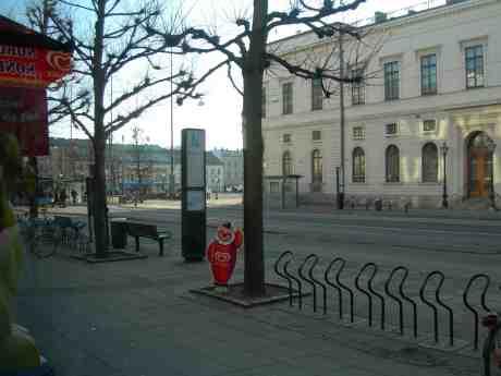 Demonstration på Gustaf Adolfs Torg, sedd från Café Festival där Harry Persson spelar samtidigt. Måndag 25 februari 2013 kl 15.30.