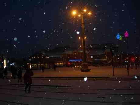 Drottningtorget glittrar och glimmar i snöfallet. Lördag 9 februari 2013 kl 17.19.