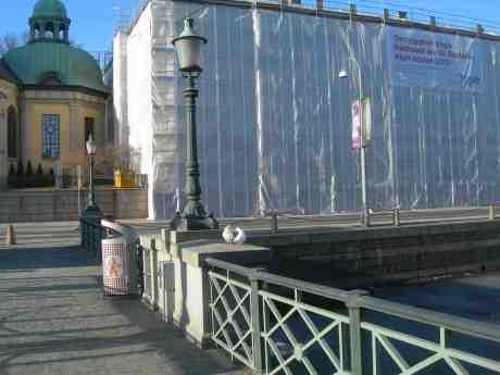 Eldigt duvpar tar en påskäggande svängom på Tyska bron till heta kutterspånade rytmer. Påskdagen söndag 31 mars 2013 kl 16.48.