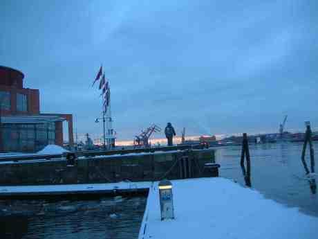Evert Taube spejar bortåt havet från Jussi Björlings Plats. Torsdag 17 januari 2013 kl 16.00.