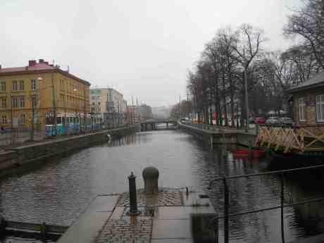 Fattighusån isfri för första gången på länge, med nu användbara livbåten till höger vid nedklottrade Slussvaktarstugan. Slussen fredag 12 april 2013 kl 17.27.