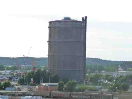 Gasklockan, med hisschaktet till höger, sedd från Skansen Lejonet. Tisdag 18 juni 2013 kl 19:28.