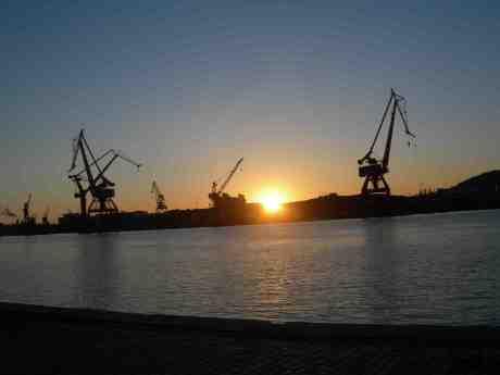 Götaverkens kranar i väntan på fartyg att sätta krokarna i. Onsdag 27 mars 2013 kl 18.27.
