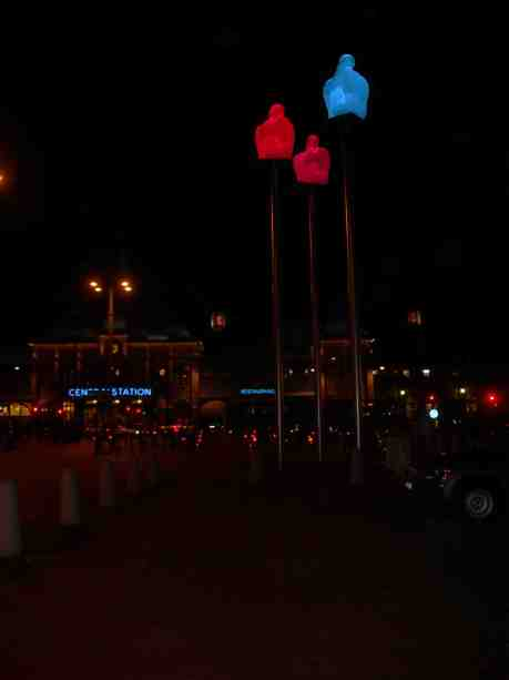 Hotel Posts pelarhelgon övervakar Drottningtorget och Centralen. Tisdag 4 februari 2013 kl 18.37.