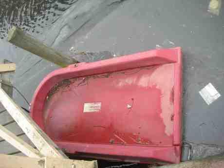 Också en livräddningsbåt, infrusen i årets sista (?) is. Fattighusån vid Slussvaktarstugan torsdag 11 april 2013 kl 17.42.