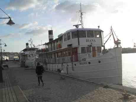 Säkert vårtecken i kylan: Göta kanal-båtarna Juno och Diana vid Packhuskajen väntar på Wilhelm Tham inför årets säsong. Tisdag 9 april 2013 kl 18.49.