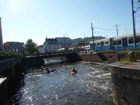 Kanotister girar ut från Vallgraven vid Slussen och in i Stora Hamnkanalen under Drottningtorgsbron. Torsdag 20 juni 2013 kl 17:12.