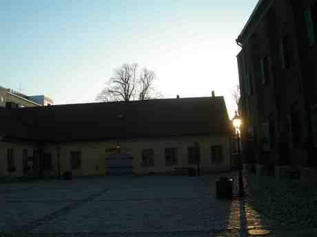 Lykta lyser på Kronhusets gård. Lördag 23 mars 2013 kl 15.54.