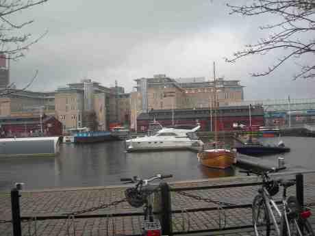 Sommaren väl förberedd med kanoter, skönhet i trä, motoryacht för lyxiga turer, ribbåt för höga farter, husbåt  för lugn och ro – allt i väntan på Vädret ! Lilla Bommens hamn i regn måndag 13 maj 2013 kl 19.50.