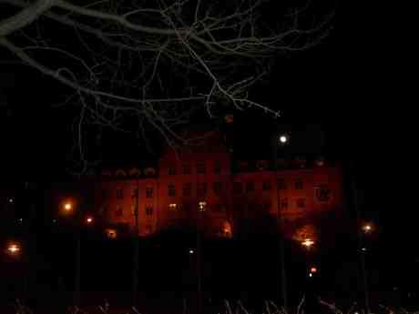 Månen lyser över gamla Navigationsskolan där den reser sig på sin kvarnklippa som det slott Göteborg inte har. Måndag 25 mars 2013 kl 19.39.