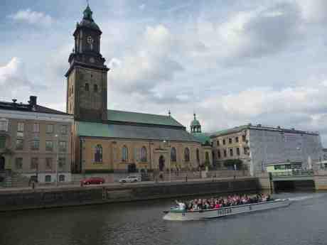 Paddan 11 passerar Tyska kyrkan. Stora Hamnkanalen lördag 15 juni 2013 kl 17:44.