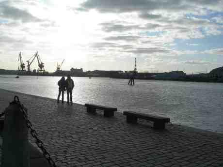 Kalla öde vackra hamnen lockar ungt par. Operakajen torsdag 21 mars  2013 kl 16.16.