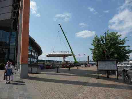 Taket till partytältet vid GöteborgsOperan lyfts ner. Fredag 28 juni 2013 kl16:14.