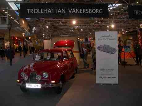 Liten utanpå – stor inuti. Sjusitsig Saab 95 De Luxe 1961 från Saab Car Museum besöker Nordstan. Onsdag 15 maj 2013 kl 19.22.