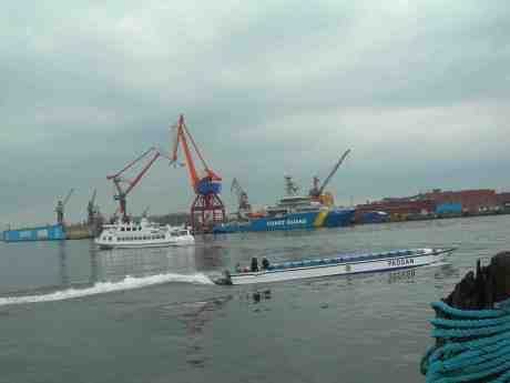 Hamnen full utav båtskrov! Skarven, Coast Guard och Paddan 11 på Götaälv onsdag 8 maj 2013 kl 17.02.