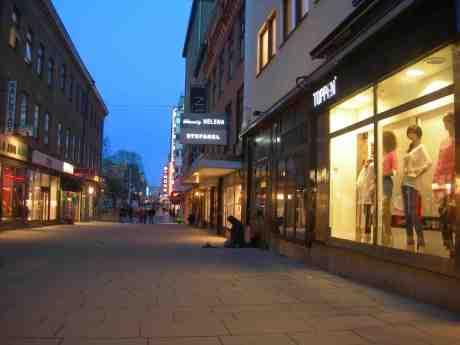 Minus 2 på Ströms termometer. Kungsgatan fredag 15 mars 2013 kl 18.30.