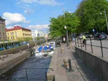 Med rotation i huvud, armar och ben har tjejerna slussat upp sin Padda till Fattighusånivån, och saluteras av killarna som följer efter till Liseberg. Slussen torsdag 16 maj 2013 kl 16.58.