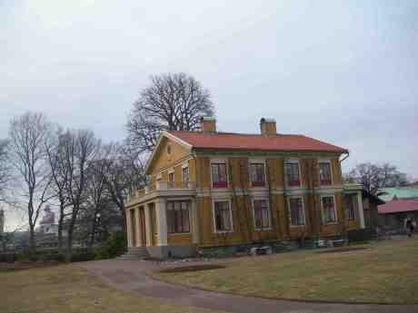 Direktörsvillan från 1847 i Trädgårdsföreningen, och långt borta vid Lilla Bommen reser sig Läppstiftet från 1989. Onsdag 6 mars 2013 kl 16.48.