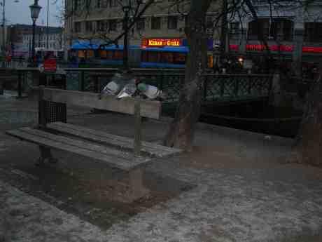 Triangeldrama på en bänk i en park. Brunnsparken lördag 16 februari 2013 kl 16.50.