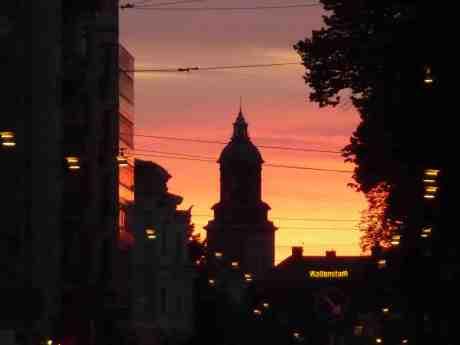 Tyska kyrkan. Korsningen Södra Vägen–Engelbrektsgatan tisdag 25 juni 2013 kl 22:41.
