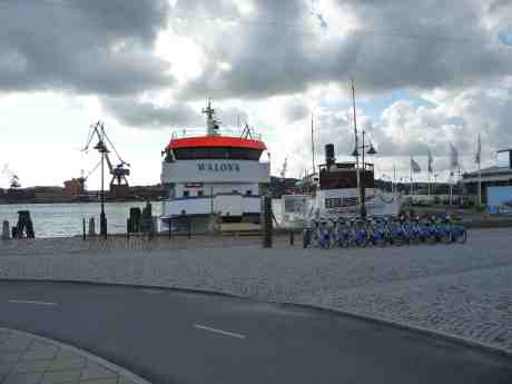 Walona & Bohuslän i nödhamn väntande på att området kring Stenpiren ska totalförstöras av kollektivtrafikvansinne. Måndag 24 juni 2013 kl 18:43.