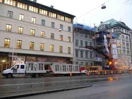 Ny femte våning ska lyftas upp på Östra Hamngatan 17 som byggdes 1758 och en tid ägdes av CAP Chokladfabrik AB. Onsdag 18 december 2013 kl 14:37.