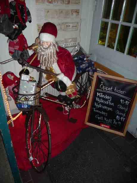 Café Kronhusets jultomte. Måndag 30 december 2013 kl 16:19.