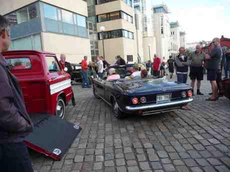 Chevrolet Corvair Rampside & Convertible på Lilla Bommens Torg vid barken Viking. Onsdag 31 juli 2013 kl 19:02.