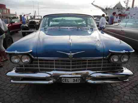 Chrysler Imperial 1957, 570 cm & Ford 1932, 410 cm. Lilla Bommens Torg vid S/S Viking onsdag 28 augusti 2013 kl 19:39.