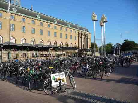 Svenskarna har börjat cykla igen. När blir det likadant i Kina? Cykelparkering framför Clarion Hotel Post vid Drottningtorget fredag 13 september 2013 kl 17:31.