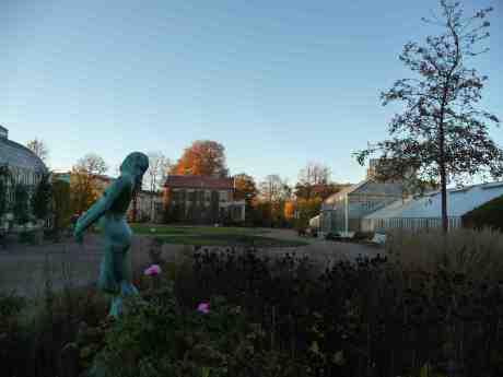 Än blommar rosorna i Trädgårdsföreningen! Flickan Dimman skulpterades ursprungligen 1885 och finns i Göteborg sedan 1914. Fredag 18 oktober 2013 kl 17:08.