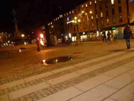 Eldjonglör vid Johanna i Brunnsparken. Måndag 11 november 2013 kl 19:10.