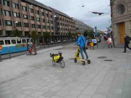 Elsparkcykel & liggcykel möts. Hasselbladhuset vid Lilla Bommen och Östra Hamngatan torsdag 29 augusti 2013 kl 17:40.