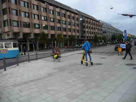 Elsparkcykel & liggcykel skiljs. Hasselbladhuset vid Lilla Bommen och Östra Hamngatan torsdag 29 augusti 2013 kl 17:40.