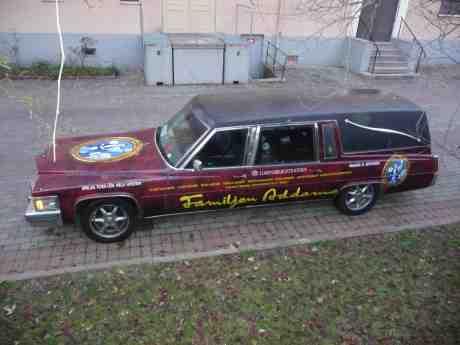 Familjen Addams' Cadillac Deville 1977 Hearse DED RIDE ruvar bakom Lorensbergsteatern på gotiska ruskigheter och en Ghost Ride In The Sky med Morticia Petra Nielsen. Tisdag 26 november 2013 kl 15:35.