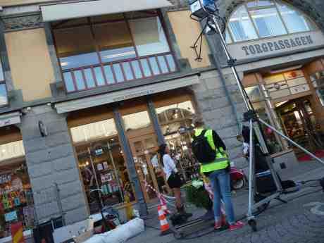 Filmning vid Torgpassagen. Eller? Södra Larmgatan tisdag 27 augusti 2013 kl 19:14.