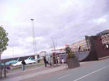 Flickan och skateboardakrobaten. Kanaltorget lördag 24 augusti 2013 kl 20:35.