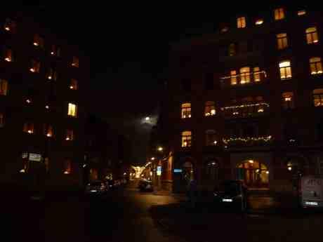 Fullmåne över Postgatan  sedd från Packhusplatsen. Tisdag 17 december 2013 kl 18:07.